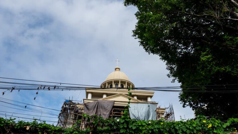 Iglesia entre cableado en Manado Sulawesi