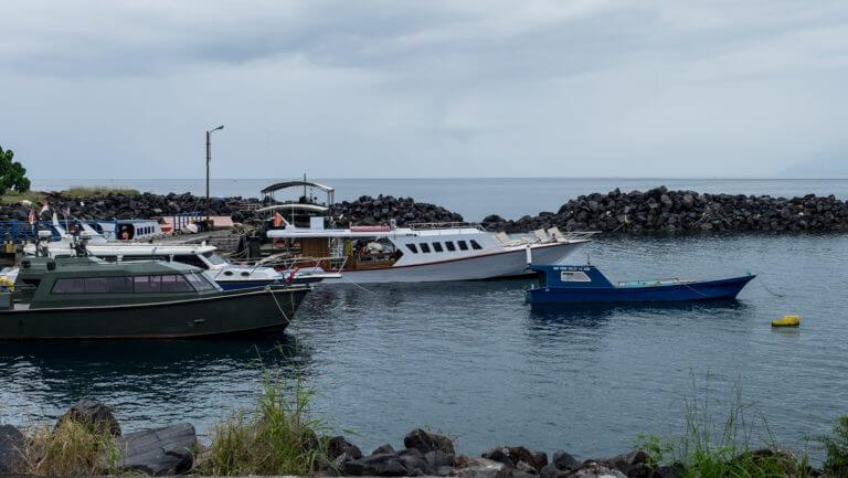 Barcos en el puerto de Manado en Sulawesi, Indonesia
