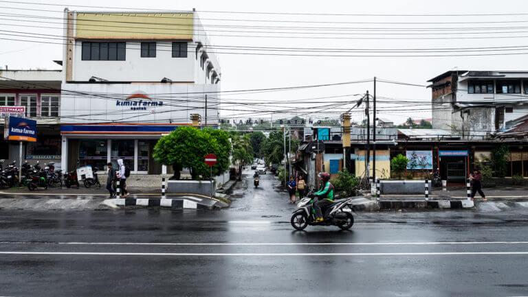 Tráfico en la ciudad de Manado en Sulawesi