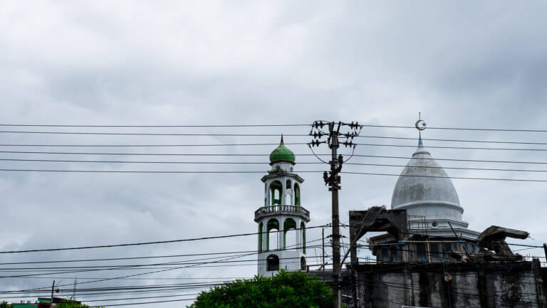 Mezquita entre cables en la ciudad de Manado, Sulawesi