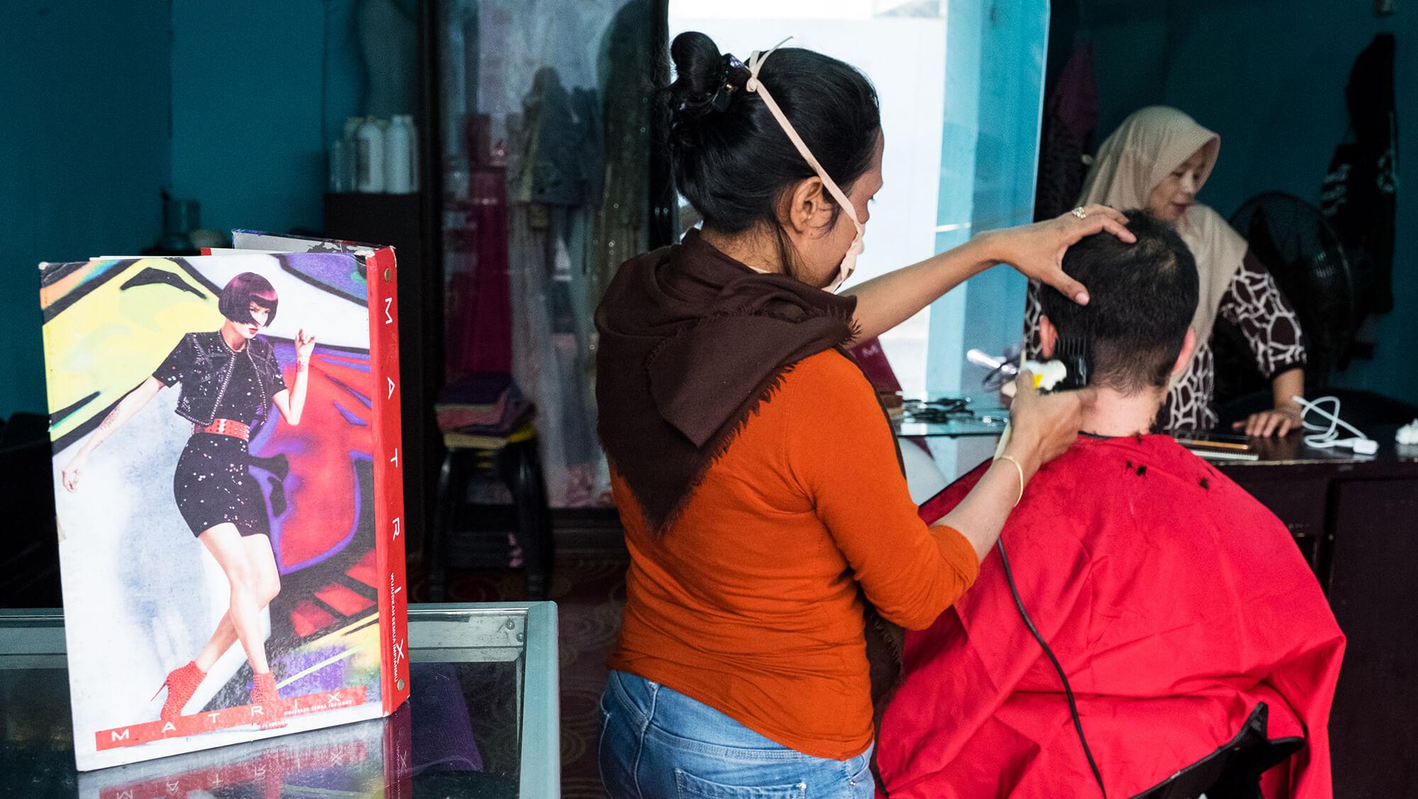 Corte de pelo en la ciudad de Manado, al norte de Sulawesi en Indonesia