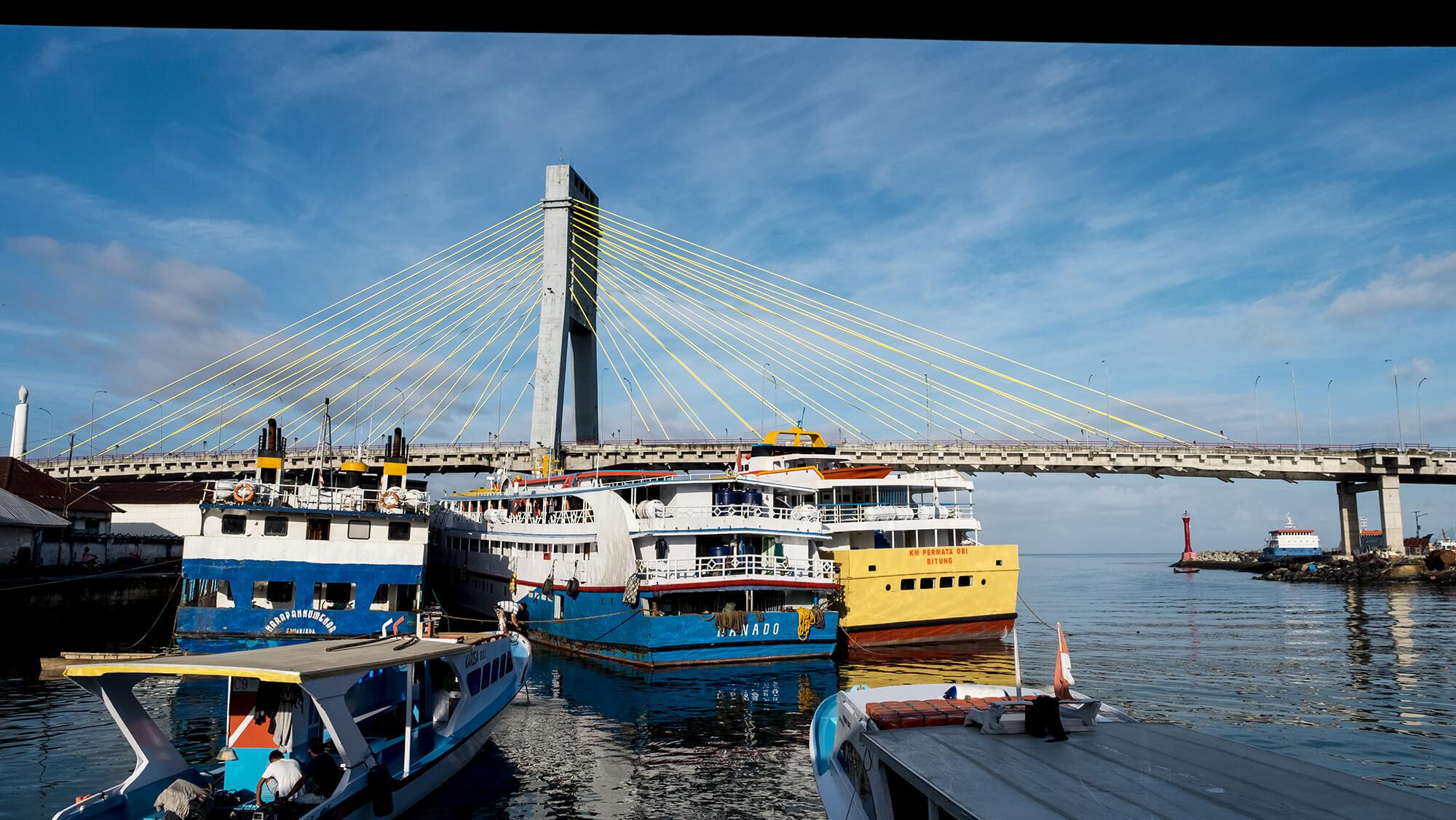 Puerto de la ciudad de Manado al norte de Sulawesi en Indonesia