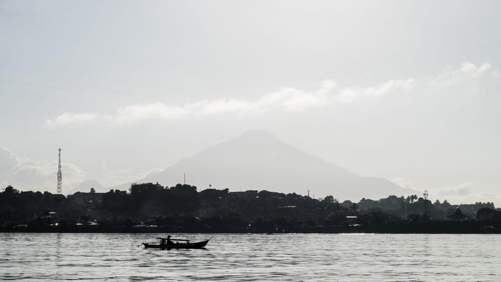 Volcán al fondo de la ciudad de Manado, al norte de Sulawesi