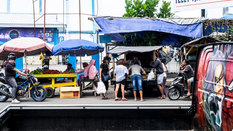 Puestos callejeros en la ciudad de Manado en Sulawesi