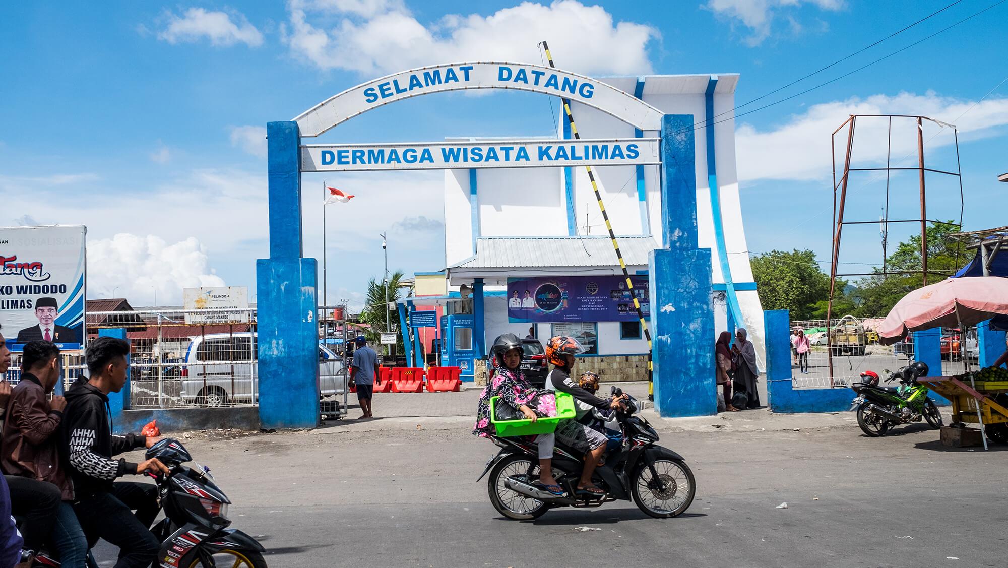 Entrada al puerto de la ciudad de Manado en el norte de Sulawesi (Indonesia)