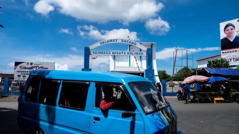 Taxis colectivos en la ciudad de Manado, al norte de Sulawesi