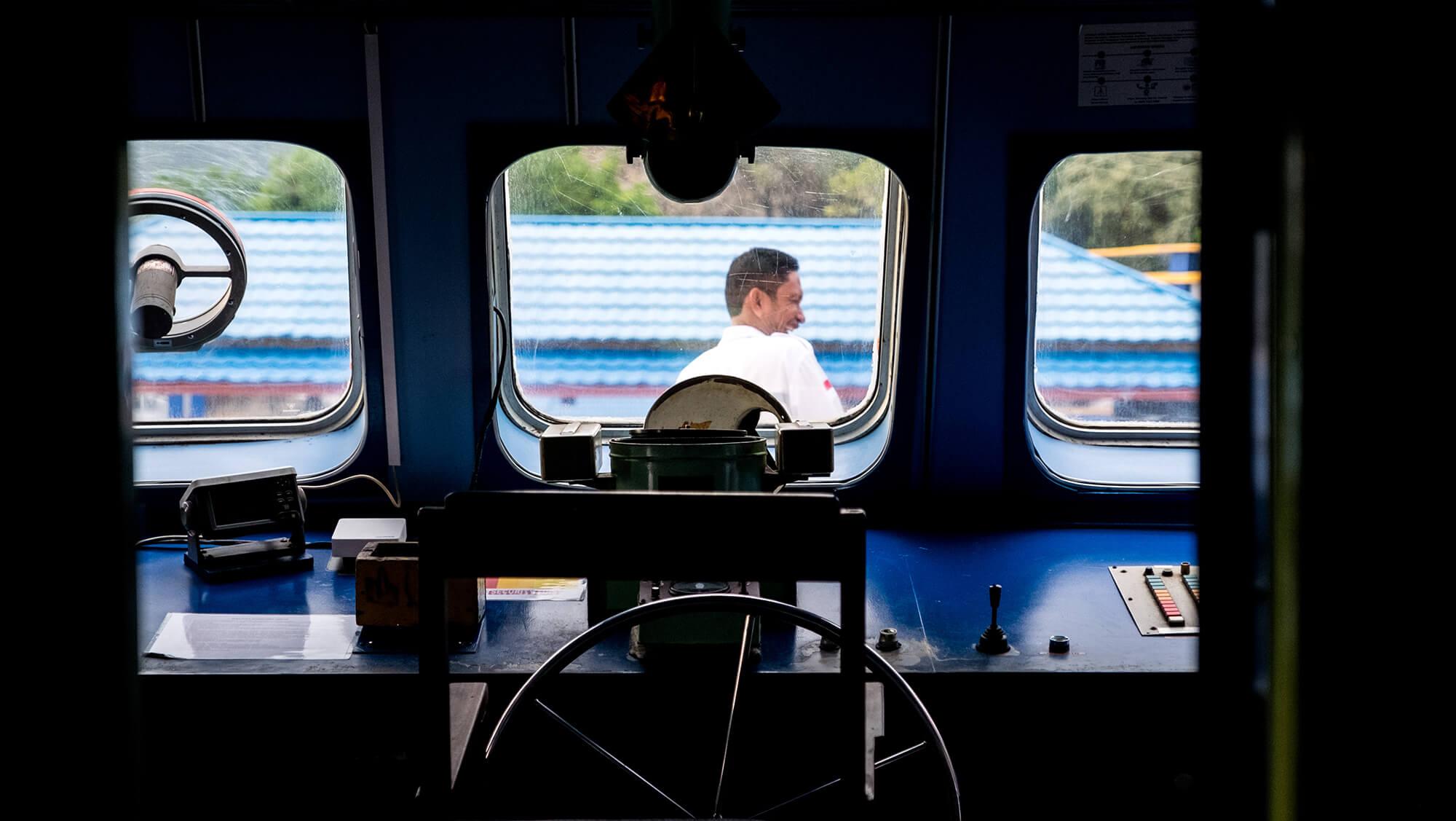Puente de mandos del ferry entre las islas Togean y Gorontalo