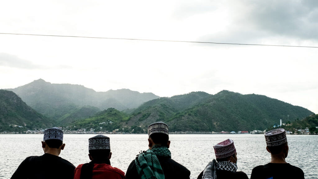 Indonesios con ropa tradicional en el ferry a las islas Togean
