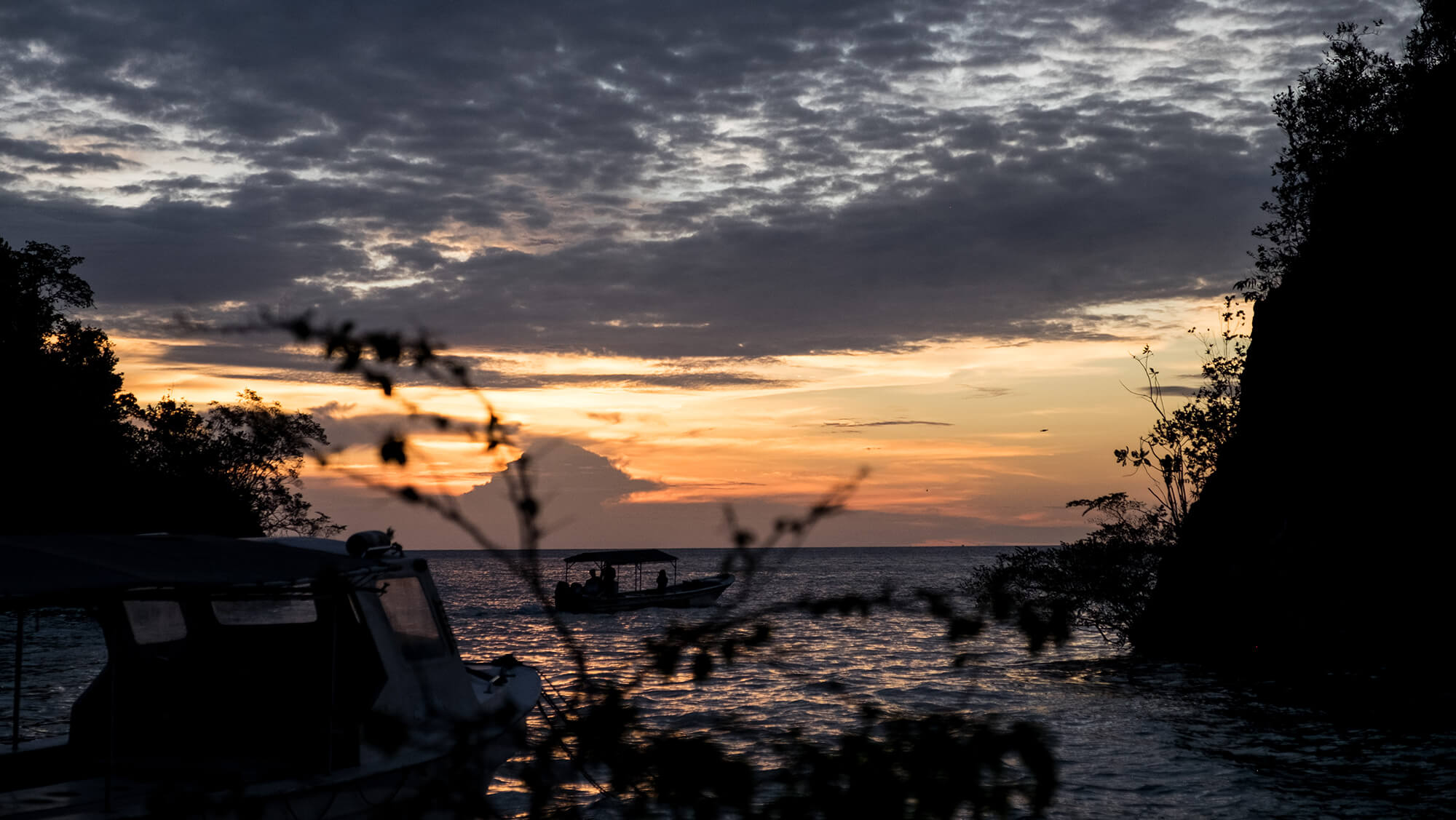 Atardecer con un barco en las islas Togean de Sulawesi