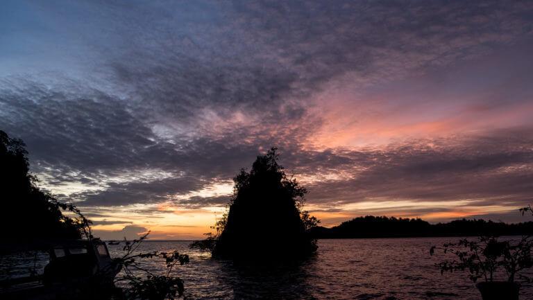 Atardecer espectacular en la isla de Kadidiri en las Togean (Sulawesi)