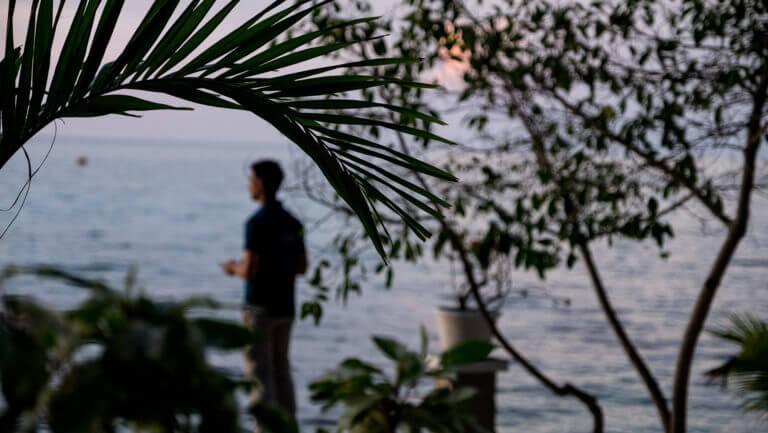 Viendo un atardecer en la isla de Kadidiri en Togean (Sulawesi)