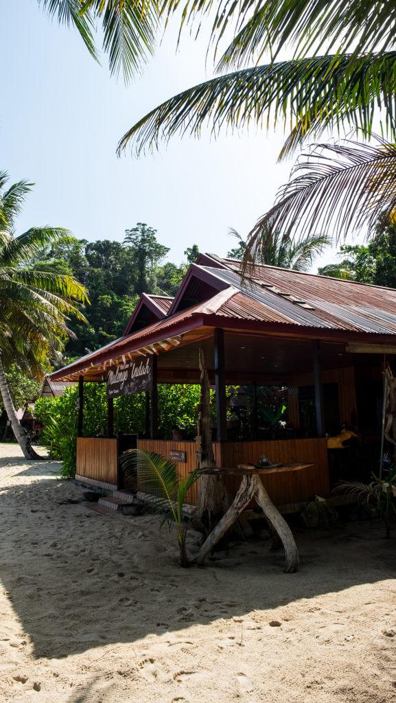 Comedor en el resort Malenge Indah de las Togean Islands de Sulawesi