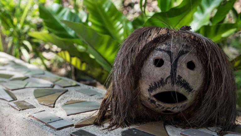 Coco naúfrago en las islas Togean de Sulawesi en Indonesia