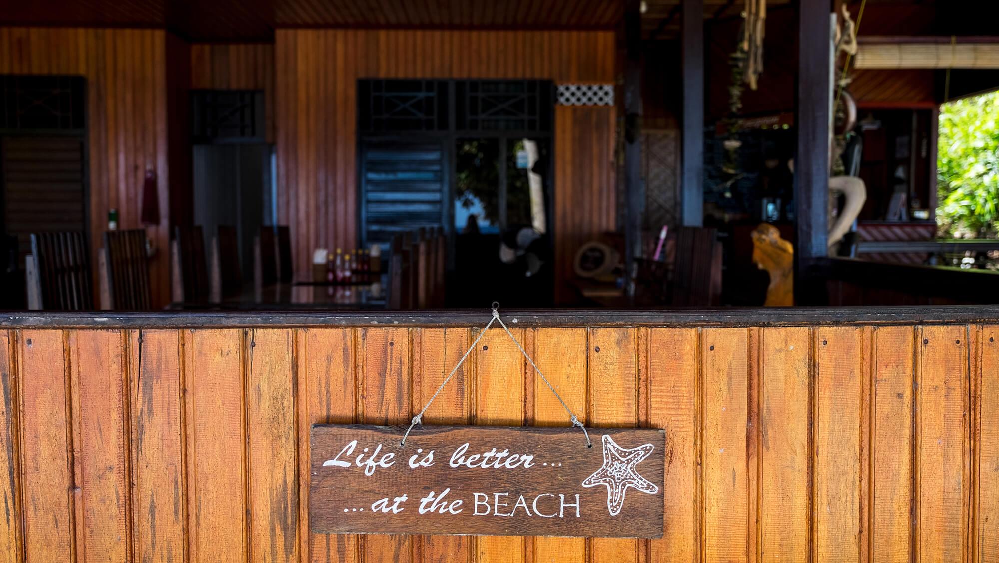 Comedor en el resort de Malenge Indah en las islas Togean