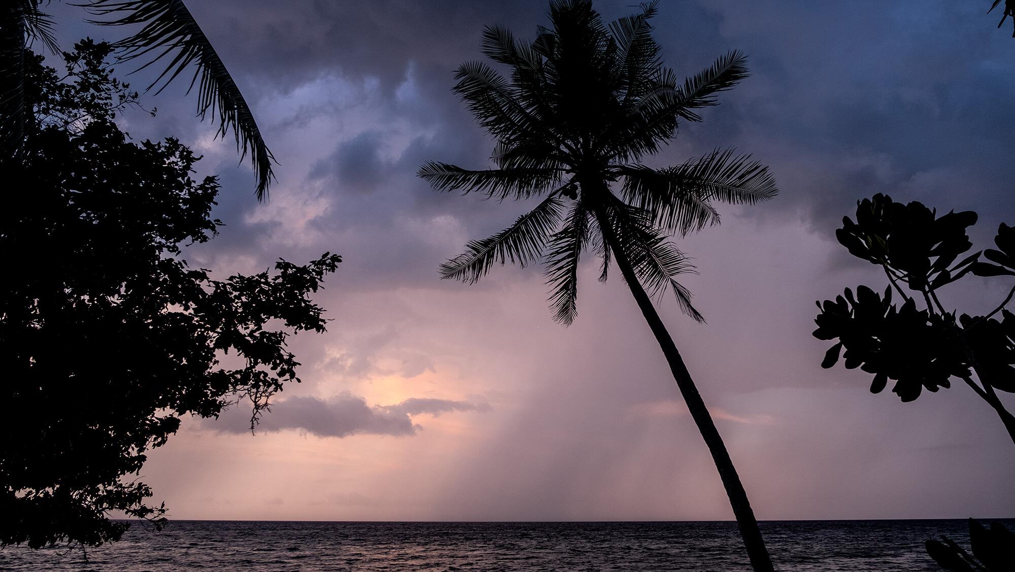Atardecer en púrpura en la isla de Malenge en Sulawesi