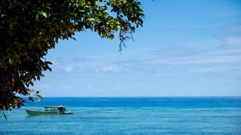 Barco navegando en la isla de Malenge en Sulawesi