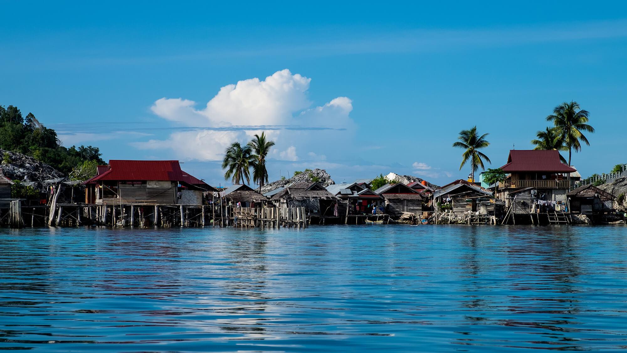 Aldea bajau sobre el mar de las islas Togean de Sulawesi
