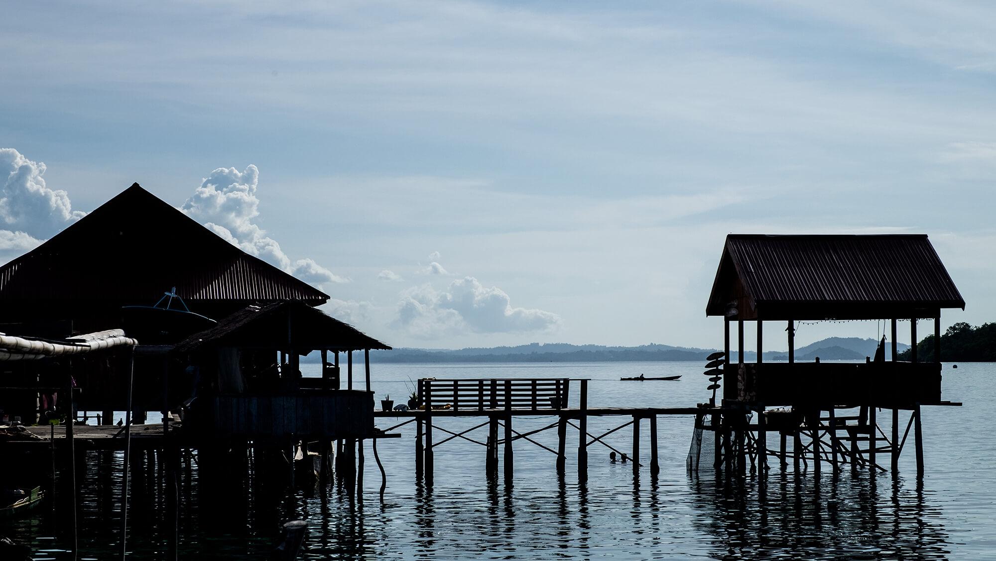 Contraluz de aldea bajau sobre el mar de las islas Togean en Sulawesi