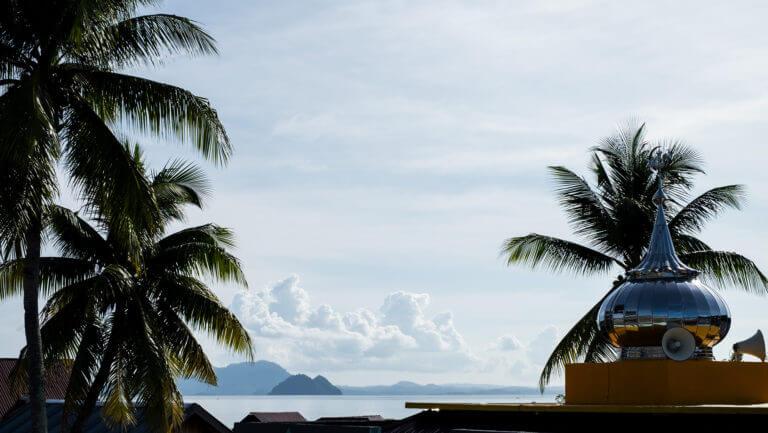 Montañas entre palmeras del paraíso de las islas Togean de Sulawesi