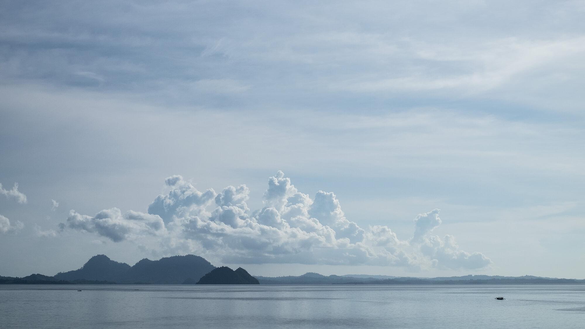 Montañas entre nubes de algodón del paraíso de las islas Togean de Sulawesi