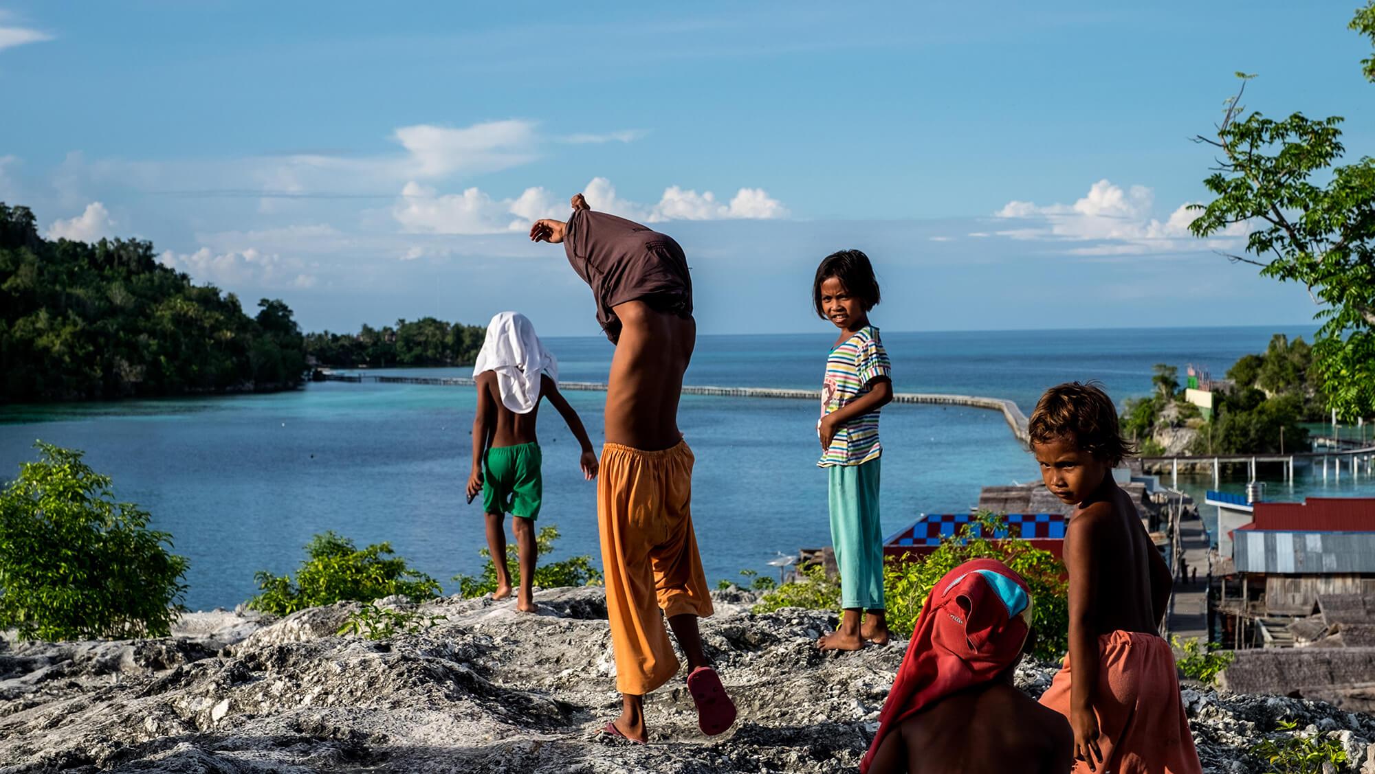 Niños en una aldea bajau de las islas Togean de Sulawesi en Indonesia