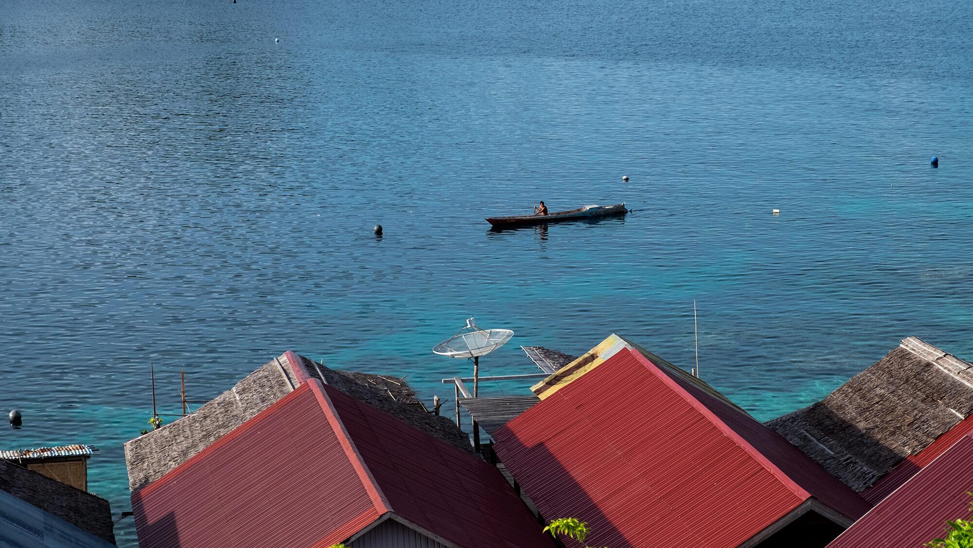 Pescador bajau en las aguas de las islas Togean de Sulawesi
