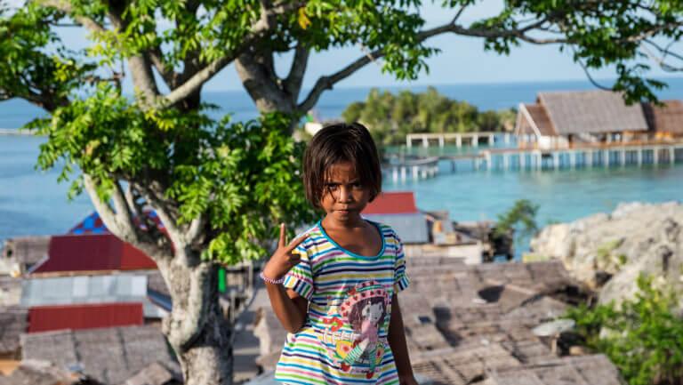 Retrato de una niña de la etnia bajau en Malenge (Islas Togean)
