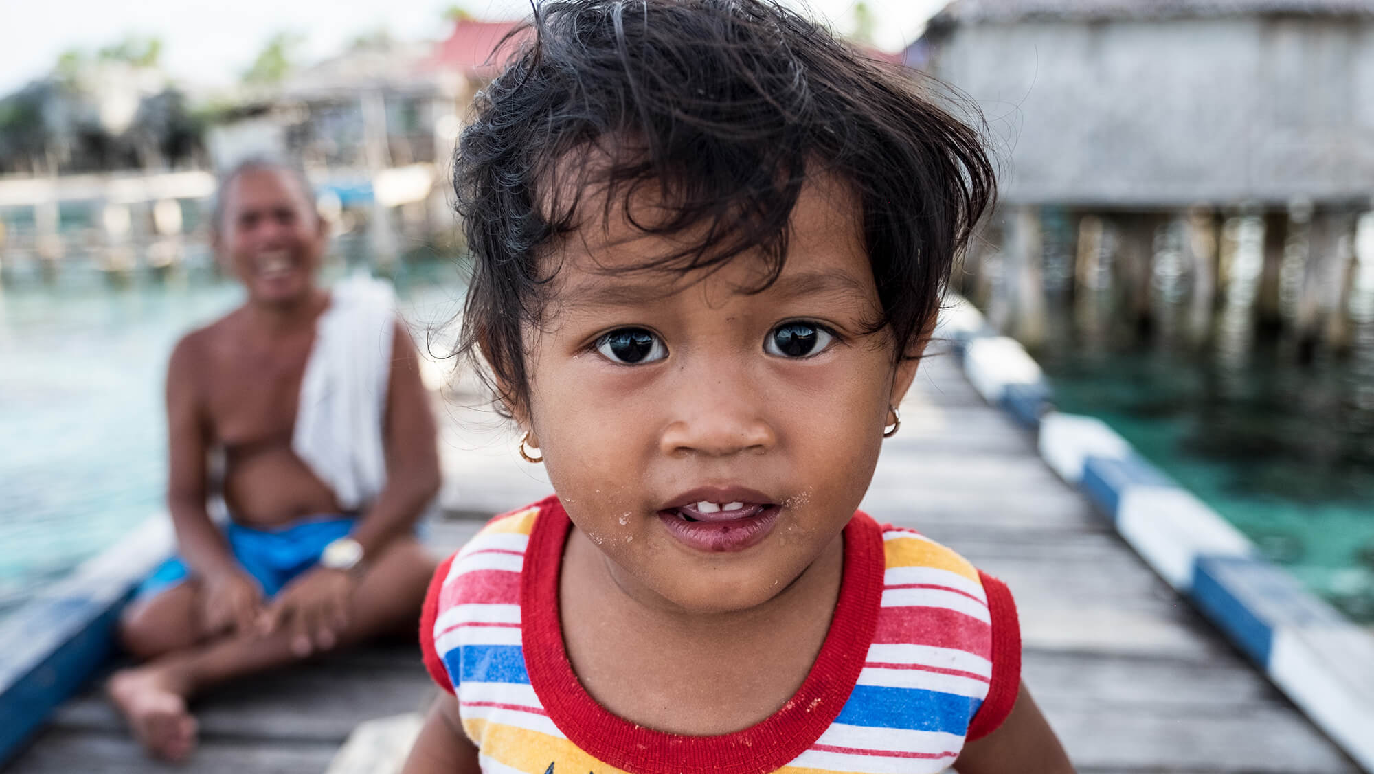Bebé de la etnia bajau en las islas Togean de Sulawesi en Indonesia