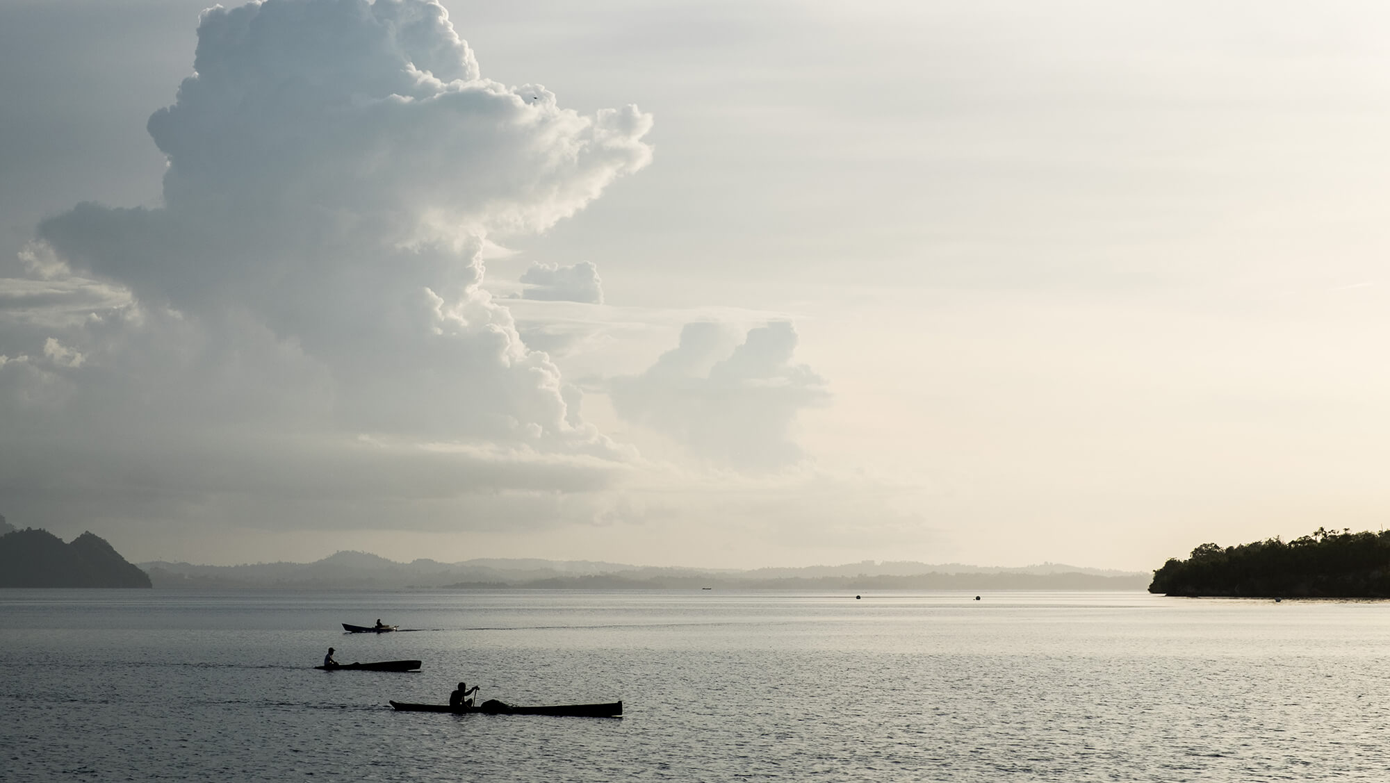 Pescadores de la etnia bajau al atardecer en las islas Togean de Sulawesi