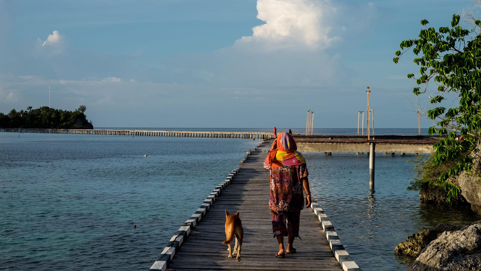 Puente entre las islas Togean de Sulawesi en Indonesia
