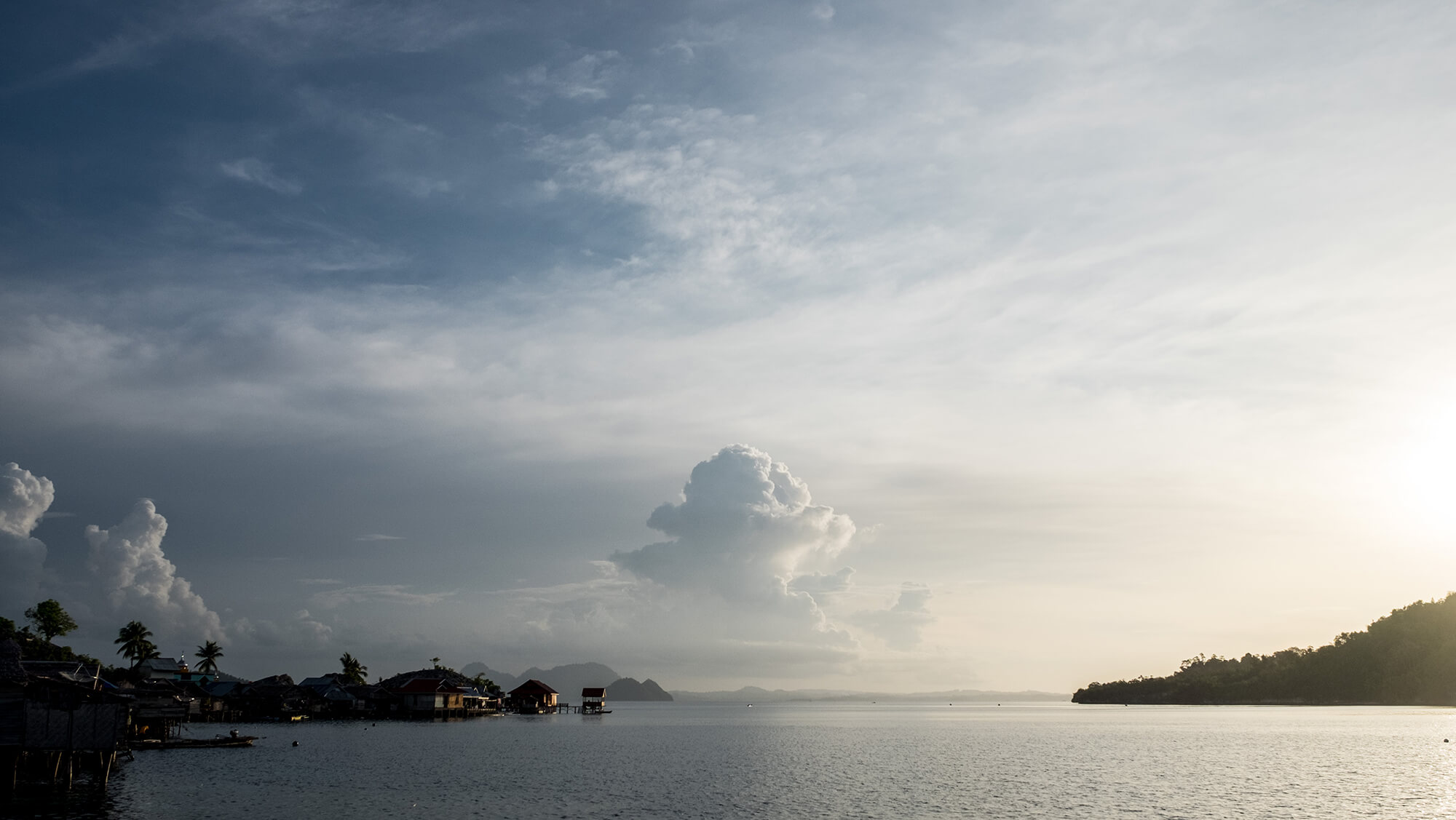 Atardecer en una aldea bajau de las islas Togean en Sulawesi