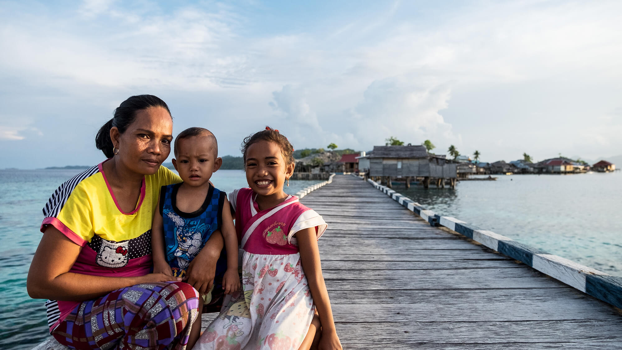 Familia bajau en las islas Togean de Sulawesi en Indonesia