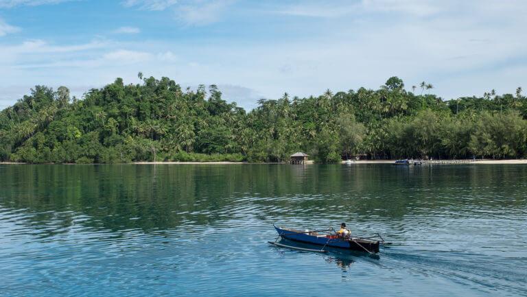 Embarcación surcando las aguas de las islas Togean de Sulawesi