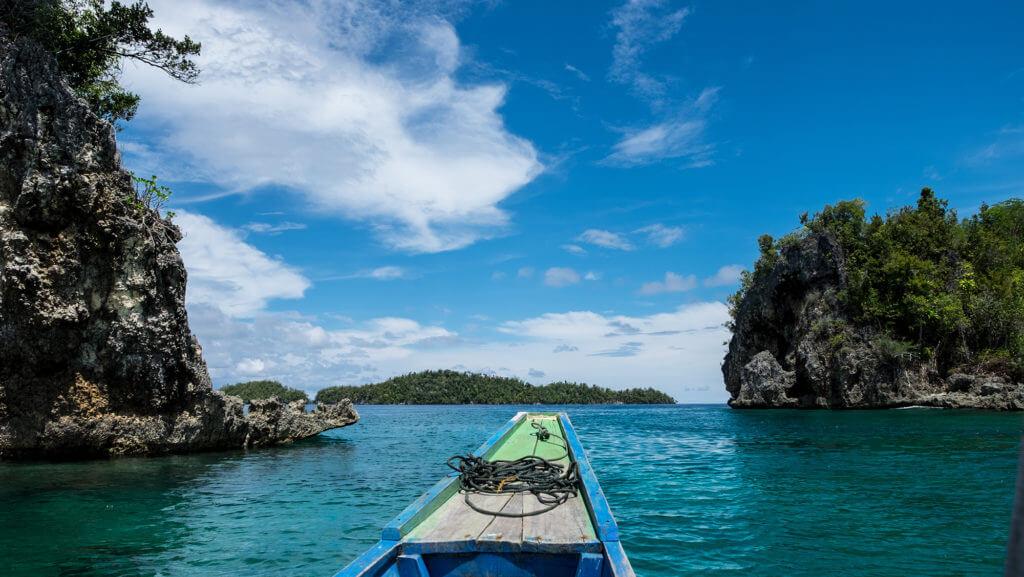 Lancha en el paraíso de las islas Togean de Sulawesi