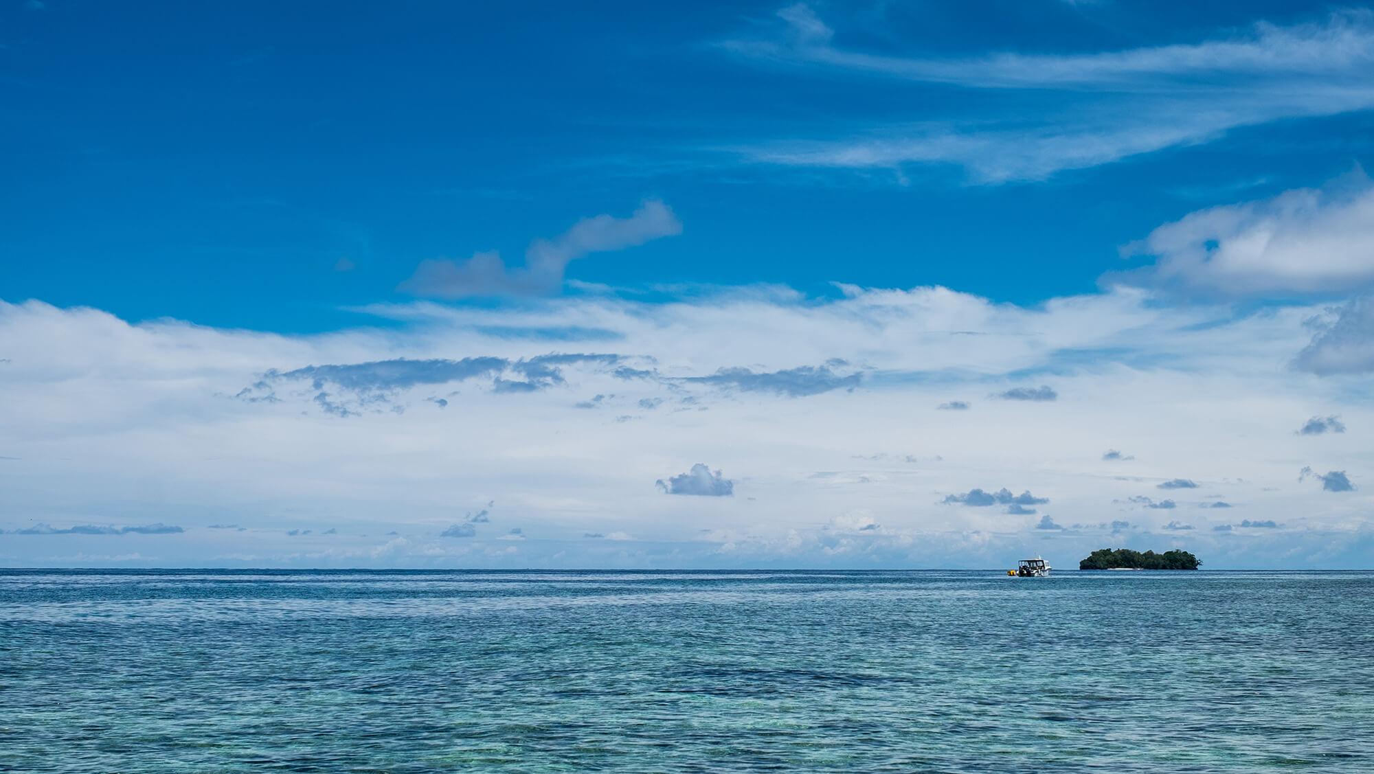Isla solitaria en el mar de las Togean en Sulawesi (Indonesia)