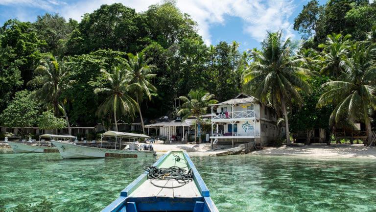 Embarcación atracando en la isla de Kadidiri en las Togean de Sulawesi