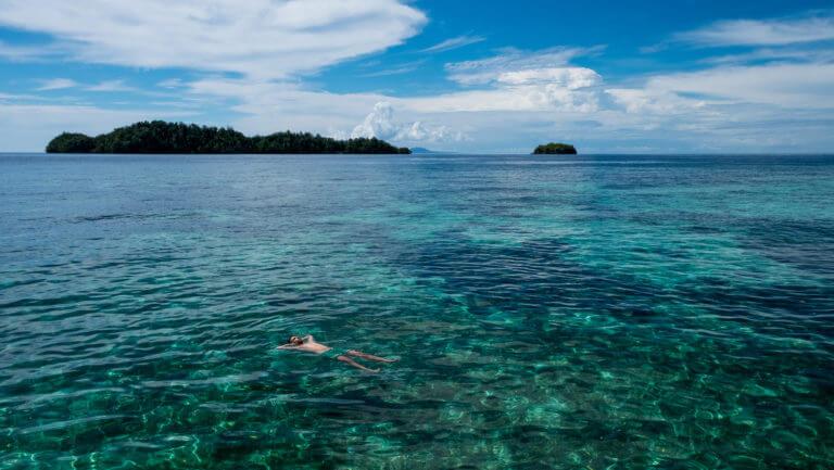 Flotando en los arrecifes de la isla de Kadidiri en Togean (Sulawesi)