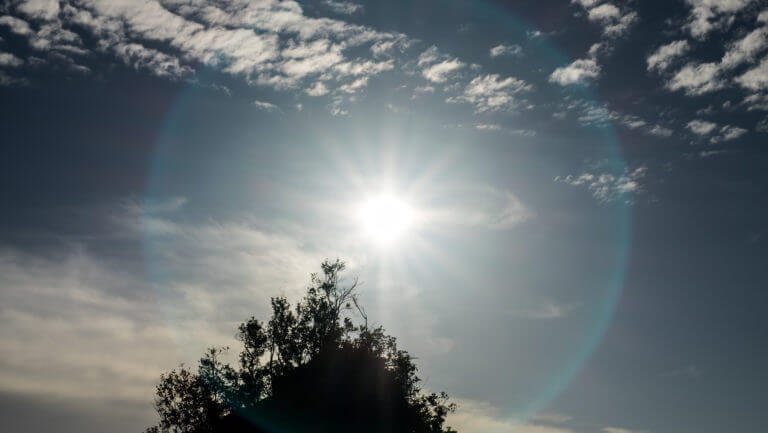 Círculo de luz alrededor del sol en el cielo de las islas Togean de Sulawesi