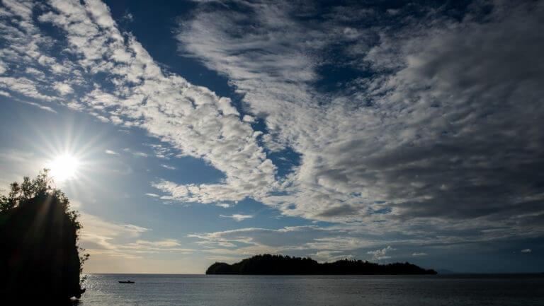 Panorámica al atardecer de las islas Togean de Sulawesi