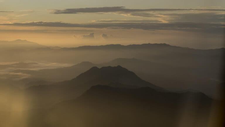 Cumbres borrascosas de Papúa al amanecer a vista de avión