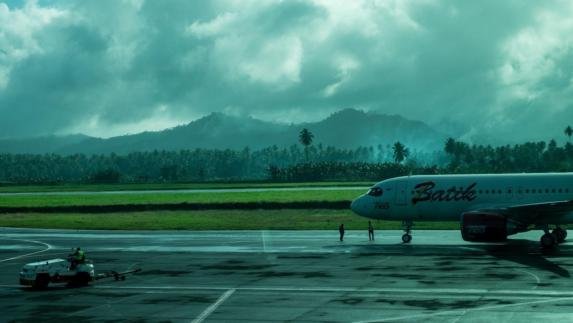 Pîsta de aeropuerto rodeada de palmeras en Sulawesi