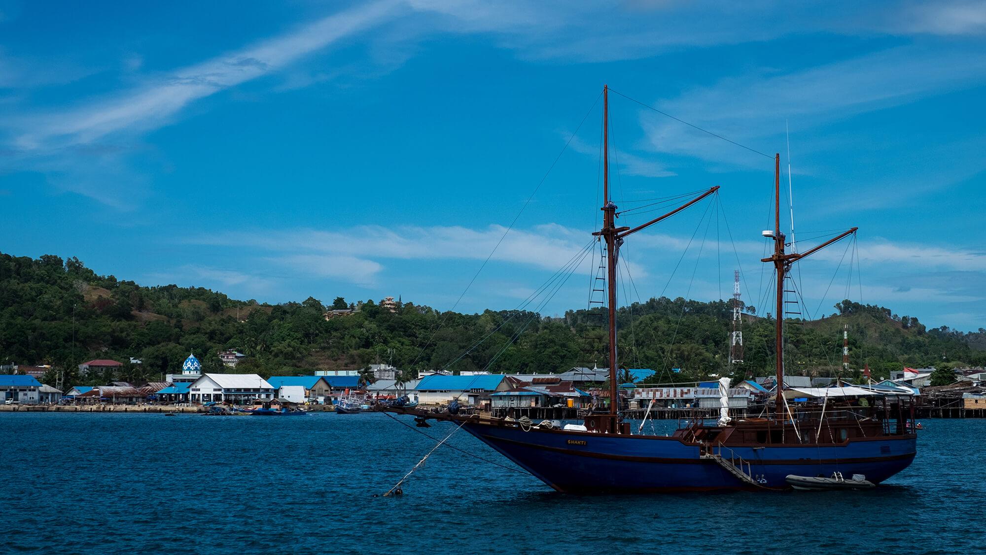 Velero en el puerto de Sorong en Papúa, Indonesia