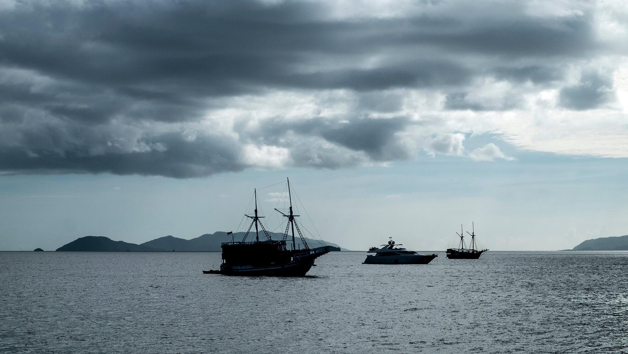 Barcos al atardecer en Raja Ampat en Papúa