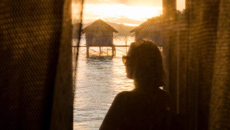 Puesta de sol en las cabañas sobre el agua de Raja Ampat en Papúa