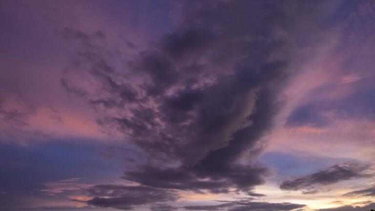 Atardecer púrpura en el cielo de Raja Ampat, paraíso de Papúa