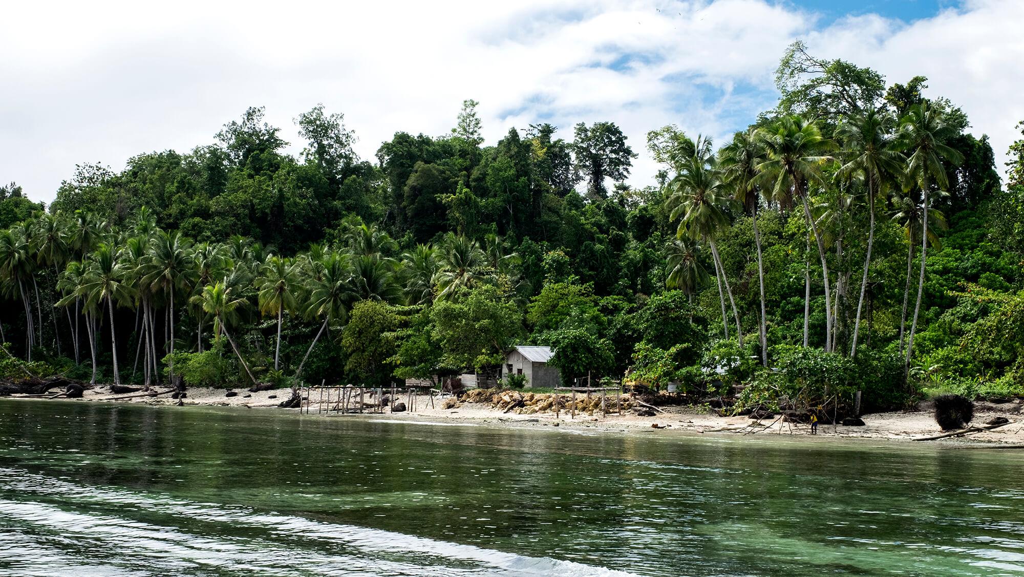 Aldeas y playas en el paraíso de buceo de Raja Ampat en Papúa