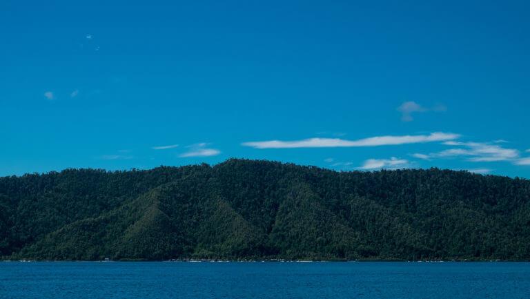 Montañas esculpidas verdes en Raja Ampat de Papúa