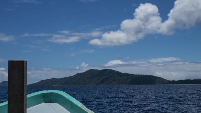 Barco de buceo en intervalo de superficie en Raja Ampat, Papúa