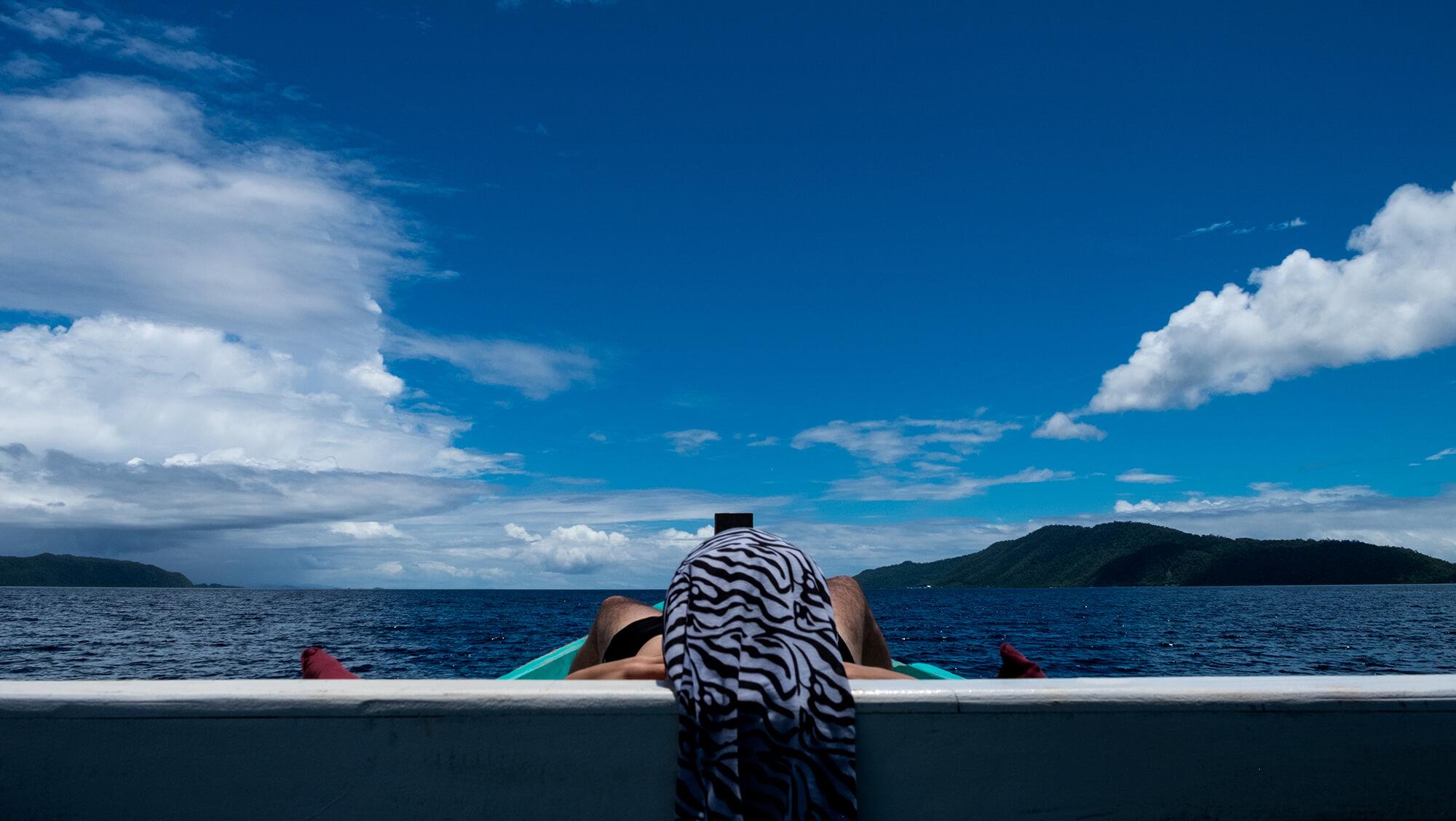 Surface Interval en un barco de buceo en Raja Ampat, Papúa
