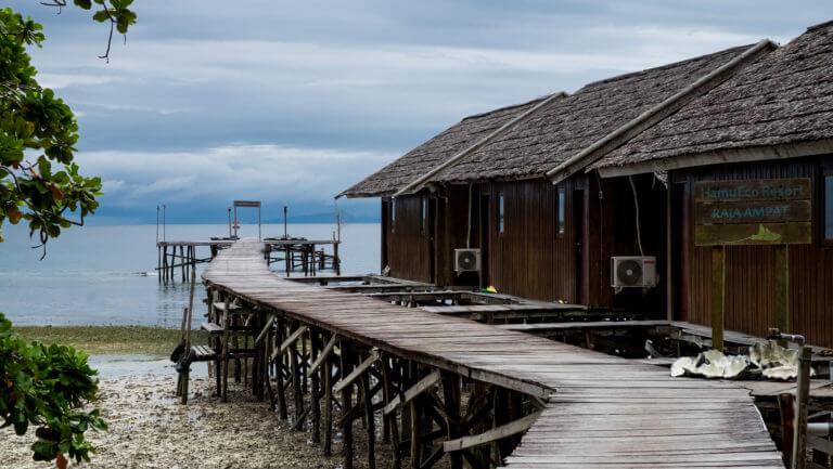 Embarcadero de Hamueco Raja Ampat de Papúa en Indonesia